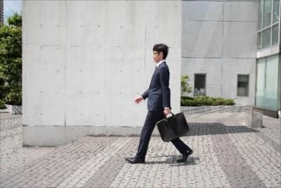骨盤の歪みを改善するために歩き方を見直そう。骨盤矯正なら浜松でカイロを行う当院へ。